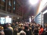 Momento en el que la manifestación pasaba delante de la sede del Partido Popular